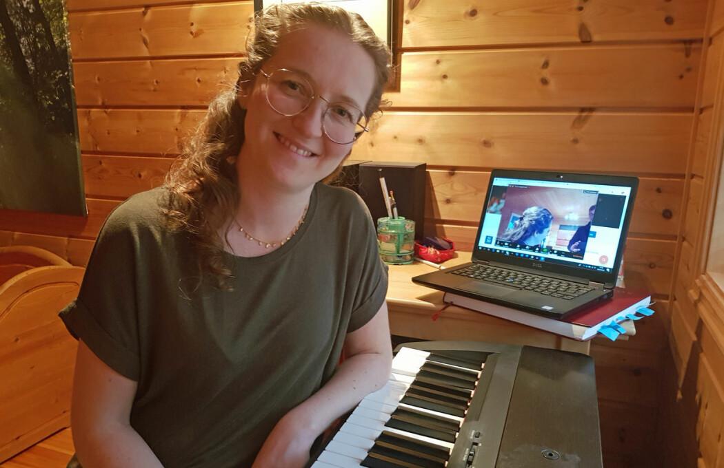 Universitetslektor Inga Rennemo Johansen er en av de tilpasningsdyktige faglærerne, her fra sitt hjemmekontor i Verdal.