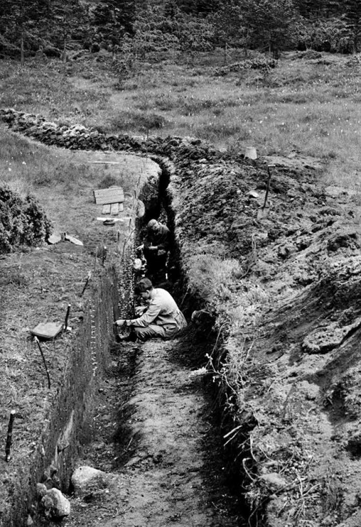 Arkeologiske undersøkelser ved Sosteli i 1954. Mannen i forgrunnen antas å være den norske arkeologen Anders Hagen. (Foto: Nationalmuseet)
