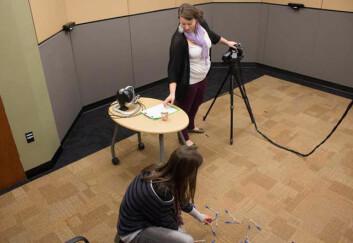 Motiv fra hjelpsomhets-eksperimentet i studien. Penner veltes utover gulvet kort tid etter VR-opplevelsen, og forskerne undersøker reaksjonen til testpersonen nederst på bildet. (Foto: (Foto fra studien, doi:10.1371/journal.pone.0055003.g004))