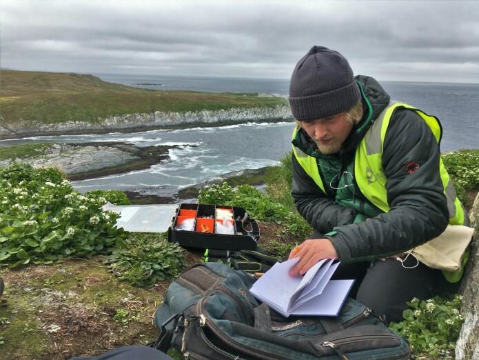 Magne Hestem på feltarbeid på Hornøya.