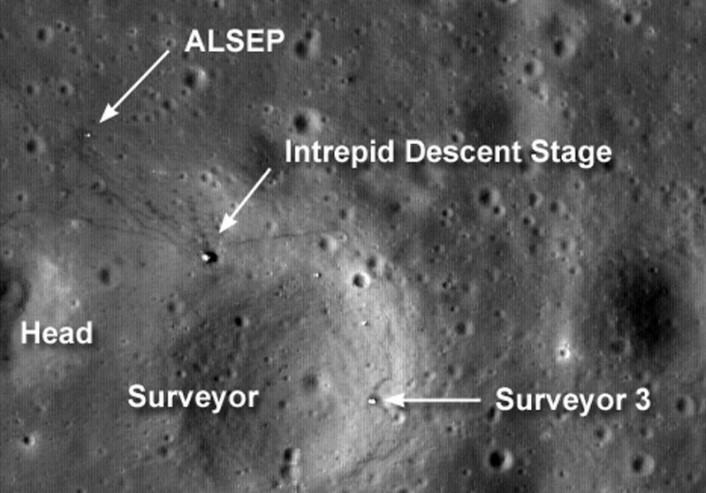 Landingsstedet til Apollo 12, fotografert fra Lunar Reconnaissance Orbiter 4. september 2009. Vi ser også romsonden Surveyor 3, som hadde landet i 1967, og eksperimentet ALSEP med diverse måleinstrumenter, satt opp av astronautene. (Foto: NASA)