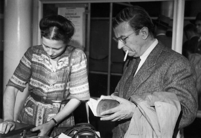 Feministen Simone de Beauvoir og filosofen Jean-Paul Satre vakte oppsikt allerede på 1960-tallet med sitt frie og uvanlige ekteskap. (Foto: Scanpix, Haakon Nielsen)