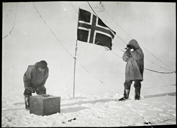 Amundsen tar solhøyden og Helmer Hanssen kontrollerer den kunstige horisonten på Sydpolen, 14.-17. desember 1911. Sørpolekspedisjonen var en viktig rekord, men også et vitenskapelig oppdrag. Foto: Nasjonalbiblioteket.