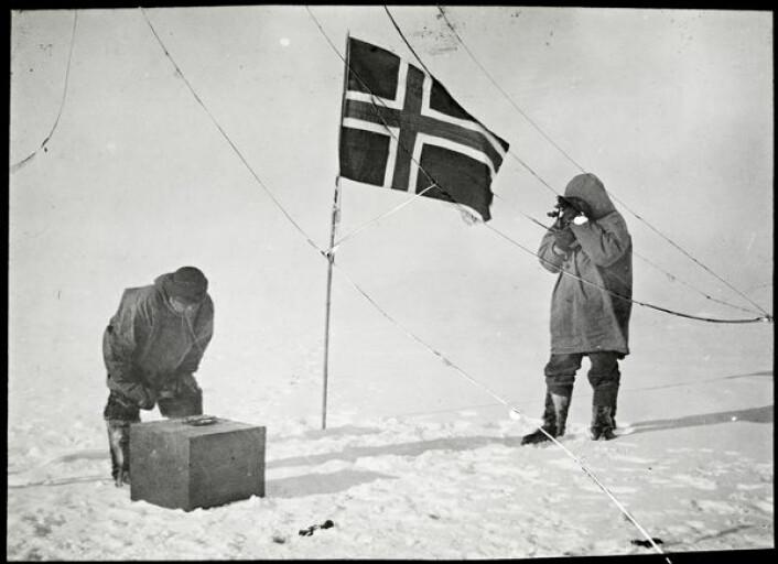 Amundsen tar solhøyden og Helmer Hanssen kontrollerer den kunstige horisonten på Sydpolen, 14.-17. desember 1911. Sørpolekspedisjonen var en viktig rekord, men også et vitenskapelig oppdrag. (Foto: Nasjonalbiblioteket)