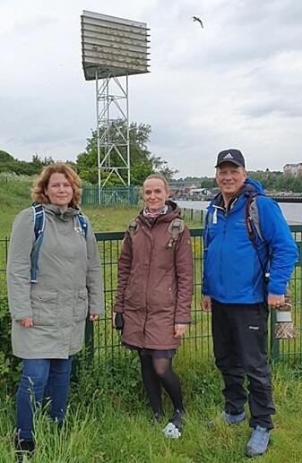 Tone Reiertsen (t.h) og Karl-Otto Jacobsen, begge fra NINAs avdeling på Framsenteret, på studietur i Newcastle. I midten Sanne Bech Holmgård fra NIKU. Bak ser vi et «krykkjehotell» .