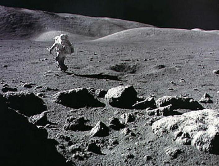 Astronauten Harrison Schmitt på månevandring under Apollo 17-ferden i 1972. Bildet er ikke fra utstillingen til Michael Light.