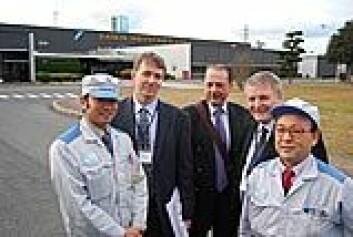 """""""NTNU-forskere fikk se produksjon av den energisparende varmtvannsberederen. Fra venstre Masahiro Nishiyama, Håvard Rekstad, Trygve Eikevik, Arne Bredesen og Shigeharu Taira. (Foto: Daniel Rees)"""""""