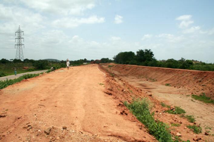 Når monsunen uteblir står de milelange kanalystemene gravd ned i Andhra Pradesh' røde jorde tørre. (Foto: Asle Rønning)