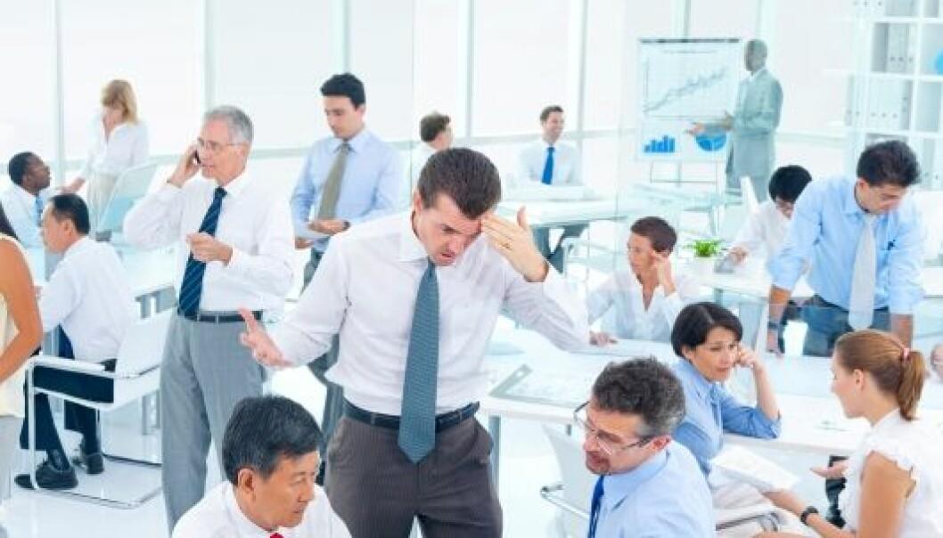 Om kollegene dine snakker mye og høyt og over hodet på deg, kan det senke produktiviteten din med hele ti prosent. Istockphoto