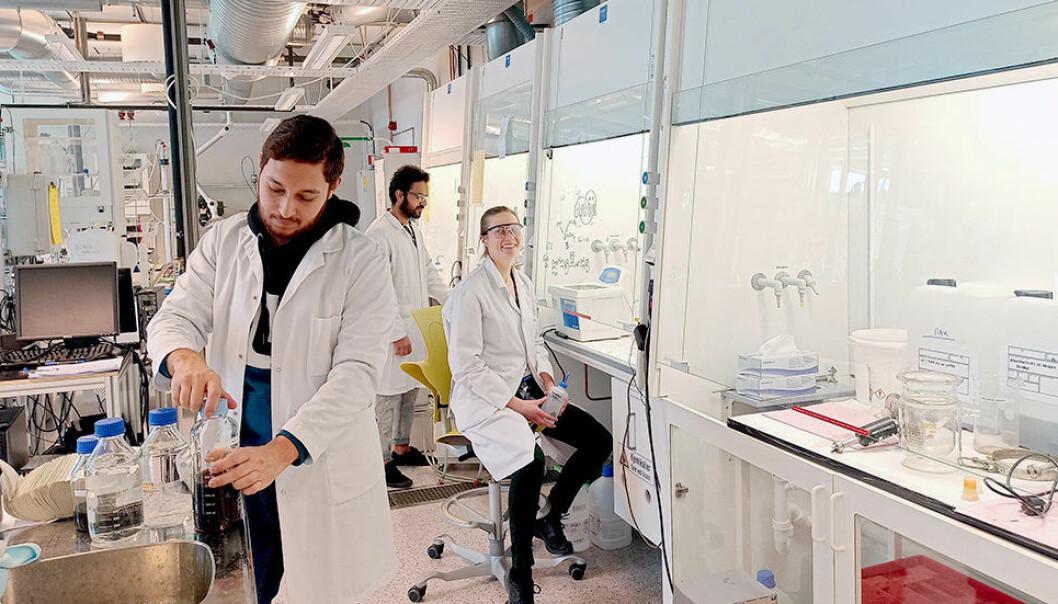 Zeeshan Ali, Regina Lopez Fyllingsnes og Ahmad Bin Ashar deltar i produksjonen av nanopartikler for en ny covid-19-test.