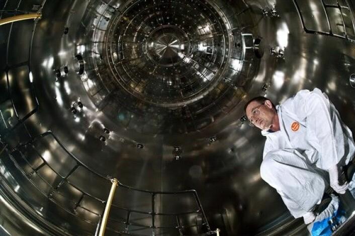 Jasper Kirkby inne i skykammeret som står sentralt i CLOUD-eksperimentet ved CERN. (Foto: CERN/Maximilien Brice)