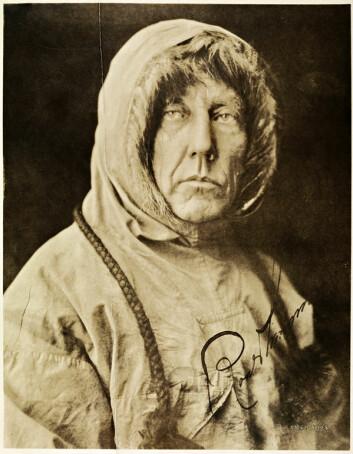 Et av de mest kjente bildene av Roald Amundsen forestiller ham som en hardbarket eventyrer. Men det viser også hvor dyktig han var til å tilegne seg kunnskap fra inuittene. Bekledning og utstyr til hans mange ekspedisjoner var tydelig inspirert av hans opphold blant netsilikene på Grønland. (Foto: Lomen Bros/Nasjonalbiblioteket)