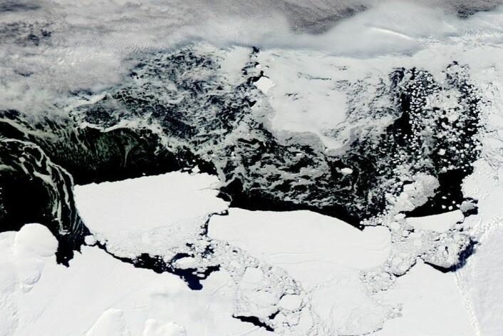 Det har vært vanskelig å få svar på hva som skjuler seg under Antarktis-isen. Nå har britiske forskere avdekket at det finnes enorme tunneler under den flytende isen. (Foto: NASA)