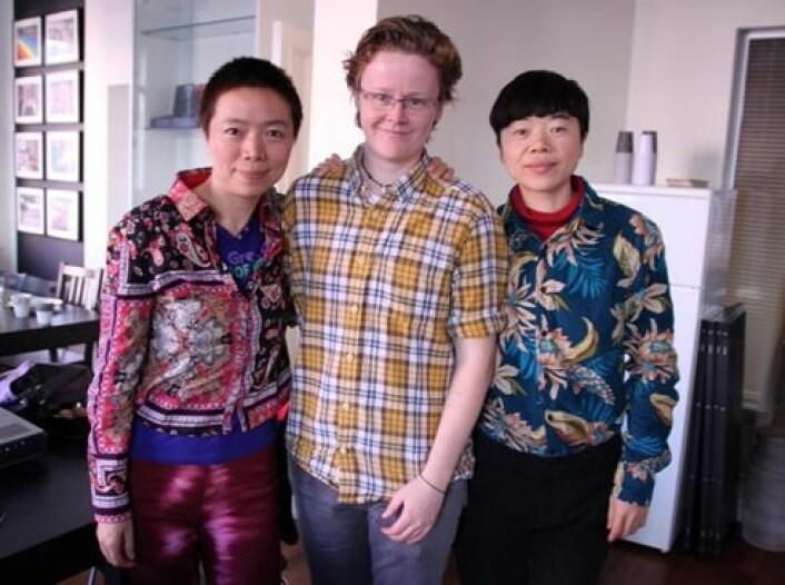 Elisabeth Lund Engebretsen sammen med kunstnerne, aktivistene og lesbeikonene Shitou og Mingming fra Kina, under Norgesbesøk i 2012. (Foto: Ida Irene Bergstrøm)
