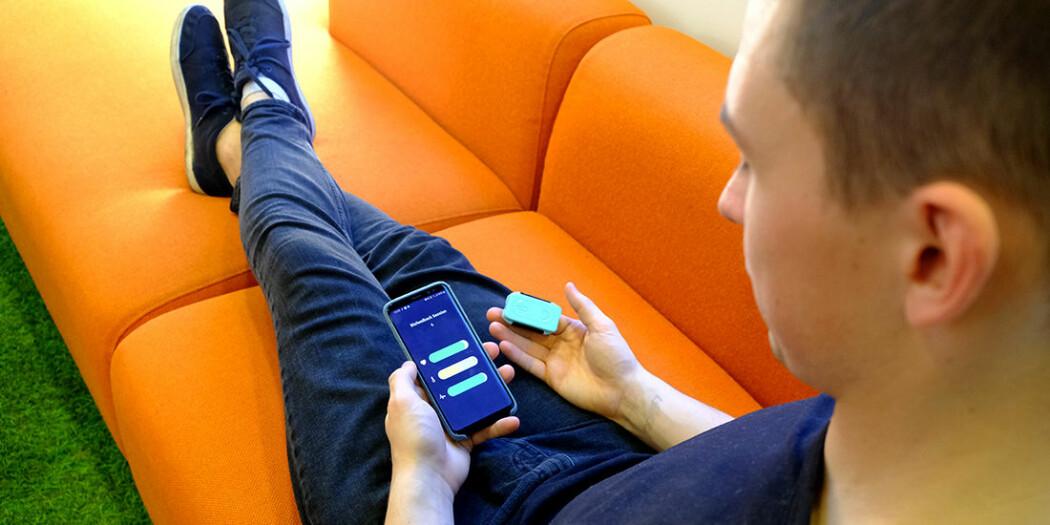 Brukeren overvåker signaler fra kroppen på telefonen. Ideen er at brukeren lærer seg å kontrollere de kroppslige prosessene og på den måten bidrar til å forebygge mot migreneanfall.