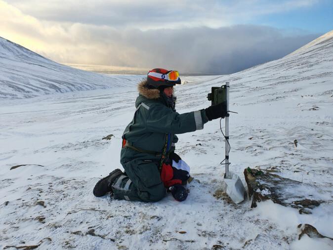 Forsker Åshild Ønvik Pedersen satte opp lytteboks utenfor Longyearbyen i mars i år.