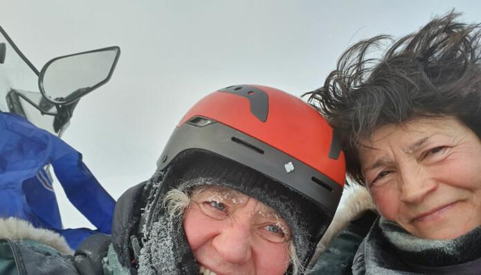 I midten av mars og i -30 kuldegrader var forskerne Åshild Ønvik Pedersen (t.v.) og Eva Fuglei, begge fra Norsk Polarinstitutt, med på å montere lyttebokser like før Norge stengte ned på grunn av korona-pandemien. Forskernes feltarbeid ble også stoppet.