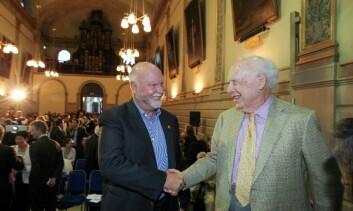 Stemningen var tilsynelatende god mellom Craig Venter (t.v.) og DNAets far James Watson da de møttes etter Venters foredrag. (Foto: Maxwell's Dublin/ESOF2012)
