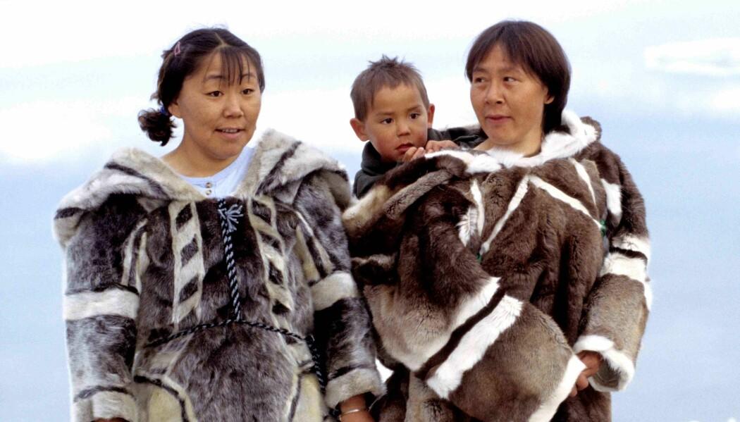 Familien fra Grønland har på seg klær av selskinn, slik folk brukte før i tiden.
