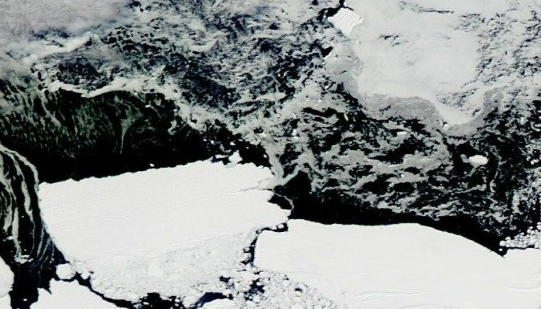 Det har vært vanskelig å få svar på hva som skjuler seg under Antarktis-isen. Nå har britiske forskere avdekket at det finnes enorme tunneler under den flytende isen. NASA