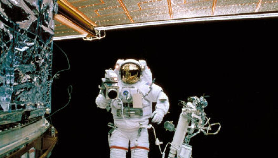Hubble-teleskopet ble skutt opp i 1990 og har siden levert utrolige mengder data. Her er et bilde fra da astronauter var oppe og reparerte på teleskopet i 1997. (Foto: NASA)