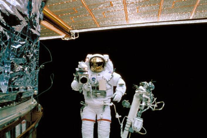 """""""Astronauten Mark Lee filmer reparasjonen av Hubble i 1997."""""""
