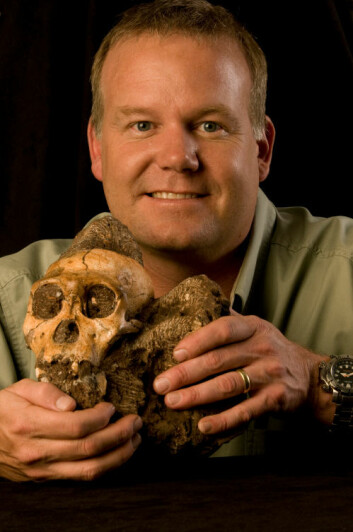 Professor Lee Berger med kraniet til Krabo (Australopithecus sediba). (Foto: Lee Berger/University of Witwatersrand)