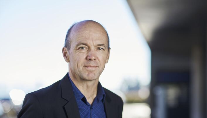 Viseadministrerende direktør Kyrre Lekve ved Simula Research Laboratory på Fornebu understreker at appen bare sender ut varsler fra og til de som har lastet den ned.  - Motivasjonen for å laste ned appen, er å bli varslet om at man kan ha blitt eksponert for smitte. (Foto: Simula)