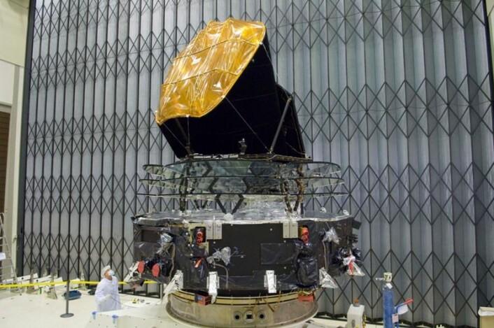 Planck-satellitten under tester i 2008 før oppskytningen. (Foto: ESA)