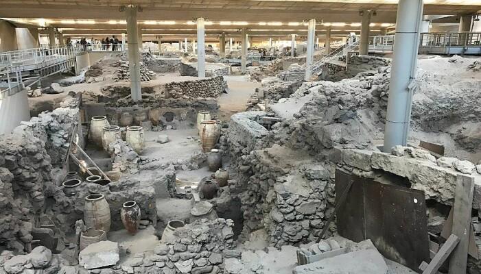 Utgravningen av Akrotiri på Santorini, som har foregått siden 1967. Denne minoiske bosetningen ble begravd av det digre utbruddet på Santorini rundt 1600 f.KR.