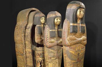 Kistesettet til tempelsangerinnen Tamutnofret, bestående av en ytterkiste, en innerkiste og mumiedeksel, en slags heldekkende dødsmaske som ble lagt over mumien. Settet stammer fra en i dag ukjent grav i Teben og kan dateres til Ramses II's regjeringsperiode (cirka 1279-1213 f.Kr.). (Foto: Réunion des Musées Nationaux)