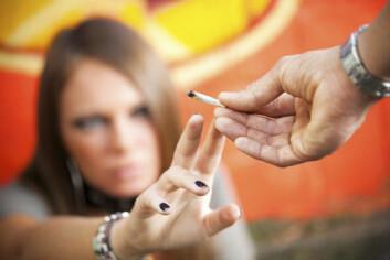 Barn som fikk gode resultater på IQ-tester prøvde oftere enn andre narkotika som ungdom og voksne, viser britisk studie. Forskjellen var tydeligere for jenter enn for gutter. (Foto: iStockphoto)