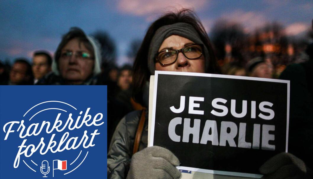 En demonstrant holder en plakat med «Je suis Charlie» - jeg er Charlie. Folk i Frankrike og over hele verden brukte dette slagordet for å vise solidaritet med de som ble rammet av angrepet på redaksjonen til magasinet Charlie Hebdo i Paris.