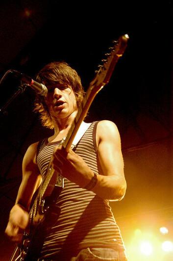 Alex Turner, frontmann i bandet Arctic Monkeys, er en av de som har opplevd suksess utenfor platebransjens faste mønster. Men de er unntaket som bekrefter regelen for dagens musikere. (Foto: Frida Borjeson/Flickr Creative Commons)