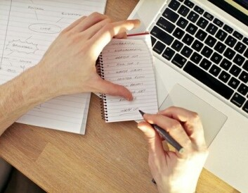 Når du tar notater, kan det bety at du stenger ute andre sanseinntrykk. Generelt er det imidlertid en veldig god idé. (Foto: Colourbox)