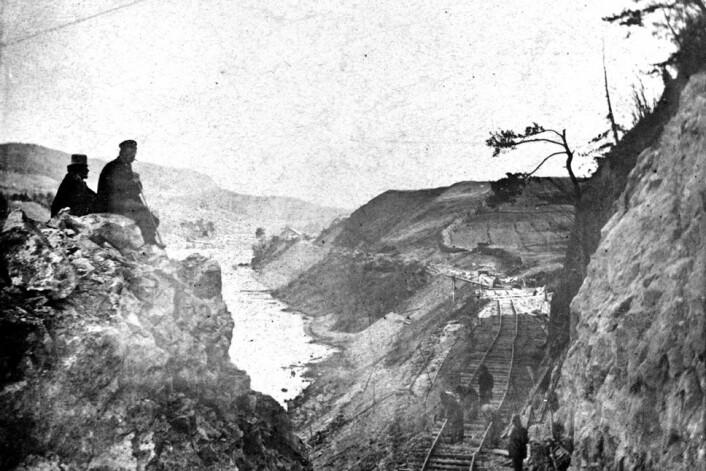Jernbanentraseene ble bygget i pakt med landskapet. Her fra byggingen av Kongsvingerbanen, cirka 1861. (Foto: Jernbanedirektør C.A. Pihl/Norsk jernbanemuseum)