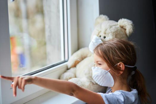Barn kan bli redde for munnbind. Forskere råder foreldre til å gjøre barna vant til dem hjemme.