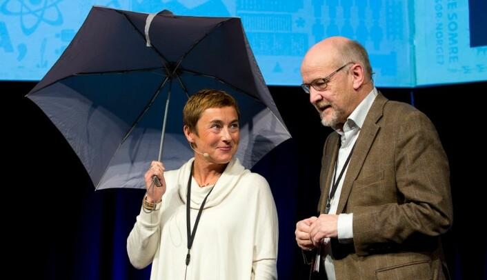 Eirik S. Amundsen fra programstyret i NORKLIMA overrakte stafettpinnen – for anledningen en paraply – videre til Hege Hisdal, programstyreleder i nye KLIMAFORSK. (Foto: Thomas Keilman/Forskningsrådet)