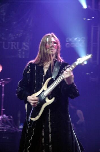 Metal-musiker Knut Magne Valle på scenen. Rundt ham skapes business. (Foto: Krzysztof Raś/Wikimedia Commons)