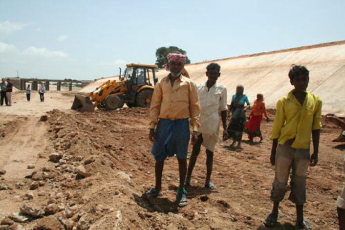 Arbeidere poserer for fotografen under utbedring av vanningskanal i Andra Pradesh tidligere i uka. Delstaten har bygd ut 23 store vanningsanlegg, 60 mellomstore og 60 000 små vanningsanlegg for jordbruket. Forsinket monsun gjør det mulig å arbeide med utbedringer nede i kanalen. (Foto: Asle Rønning)