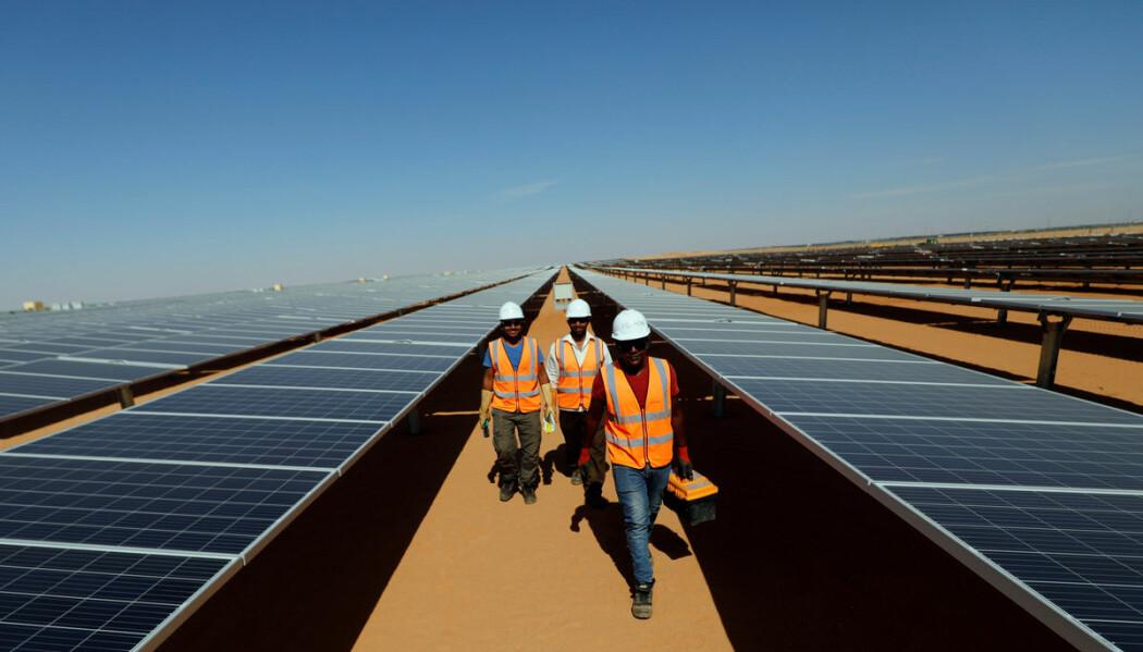 Med stadig mer fornybar energi vil makt bli spredt mellom landene. Mange stater vil ikke lenger ha makt over andre. Det kan lede til mer demokratisering og en mer fredelig verden, viser en ny studie. Bildet viser arbeidere på solkraftstasjonen Benban i Aswan, Egypt.