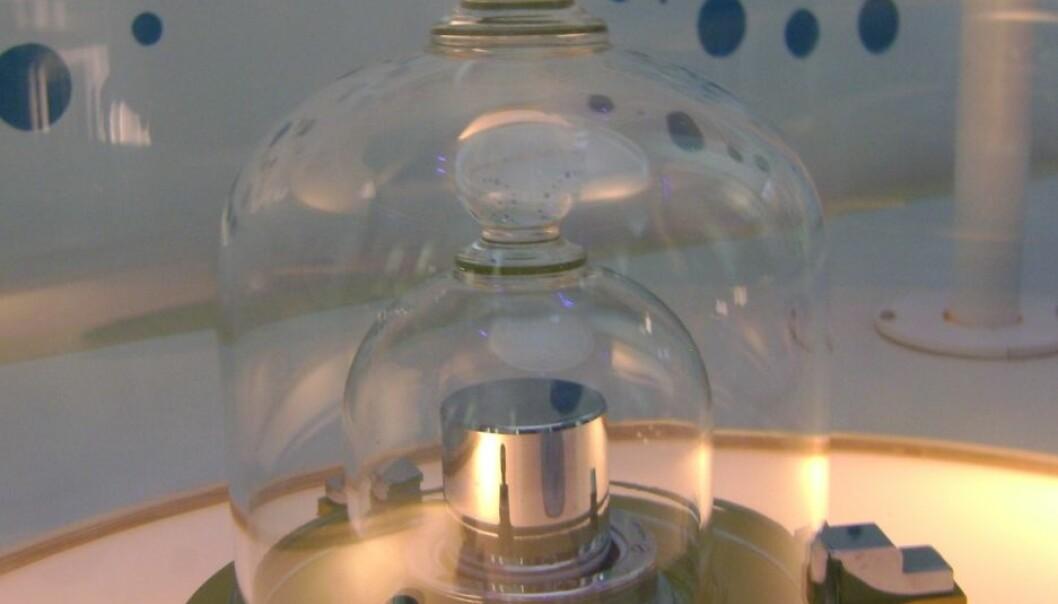 Dette kilogrammet er en kopi av originale, og står utstilt på Cité des Sciences et de l'Industrie i Paris. Nærmere kommer vi ikke selve originalen, for den er godt beskyttet. Likevel legger den jevnlig på seg. Japs 88/Wikimedia Creative Commons