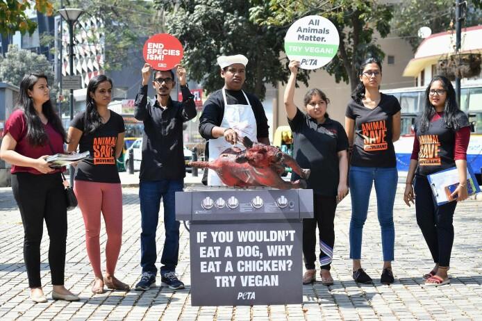 Aktivister fra en indisk dyreverngruppe for etisk behandling av dyr oppfordrer folk til å bli vegetarianere. Her gjennom å late som de griller en hund, noe som har vært vanlig blant vise folkegrupper I India.