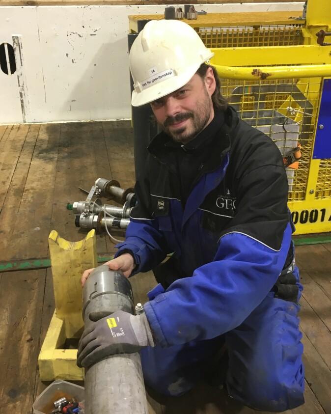 Fortidsklimaforskerne analyserte kalkskall fra bunnen av Norskehavet. Her er Jo Brendryen med en prøvetaker brukt til å hente opp bunnsedimenter.