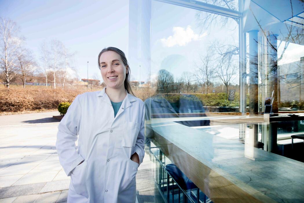 Forsker Elise Thompson, molekylærbiolog, og jobber med et doktorgradsprosjekt der hun ser på mus som ikke har dette nettet rundt nervecellene i hjernen, og sammenlikner dem med mus som har det.