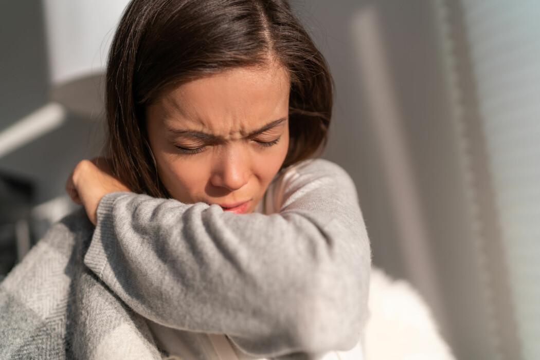 I en mye delt Youtube-video anbefaler en britisk lege å ta dype pust og holde den litt før man puster ut igjen. Etter fem repetisjoner anbefaler han å avslutte med et kraftig host.