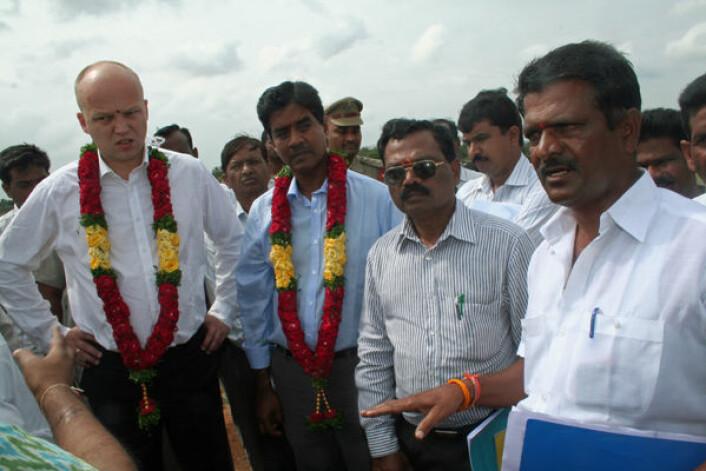 Landbruksminister Trygve Slagsvold Vedum (t.v.) besøktedenne uken landsbygda utenfor millionbyen Hyderabad i den indiske delstaten Andra Pradesh. Her forteller en av bøndene, K. Venkata Reddy (lengst til høyre), om hvordan bøndene får vann. Det lokale vannmagasinet har ikke samlet nok regnvann på mange år. Bioforsks Udaya Sekhar Nagothu ved siden av Vedum. (Foto: Asle Rønning)