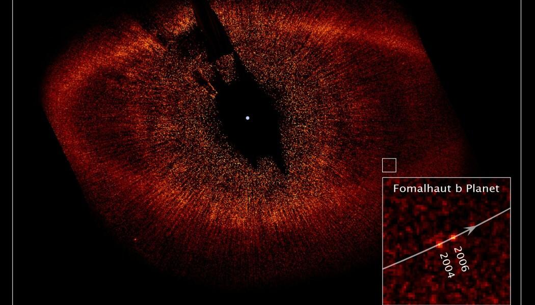 De opprinnelige bildene av Fomalhaut, med den mulige planeten Fomalhaut b i den hvite firkanten. Stjernen i midten av bildet har flere digre ringer av støv og stein rundt seg. Den ytterste ringen er rundt 20 milliarder km fra stjernen.