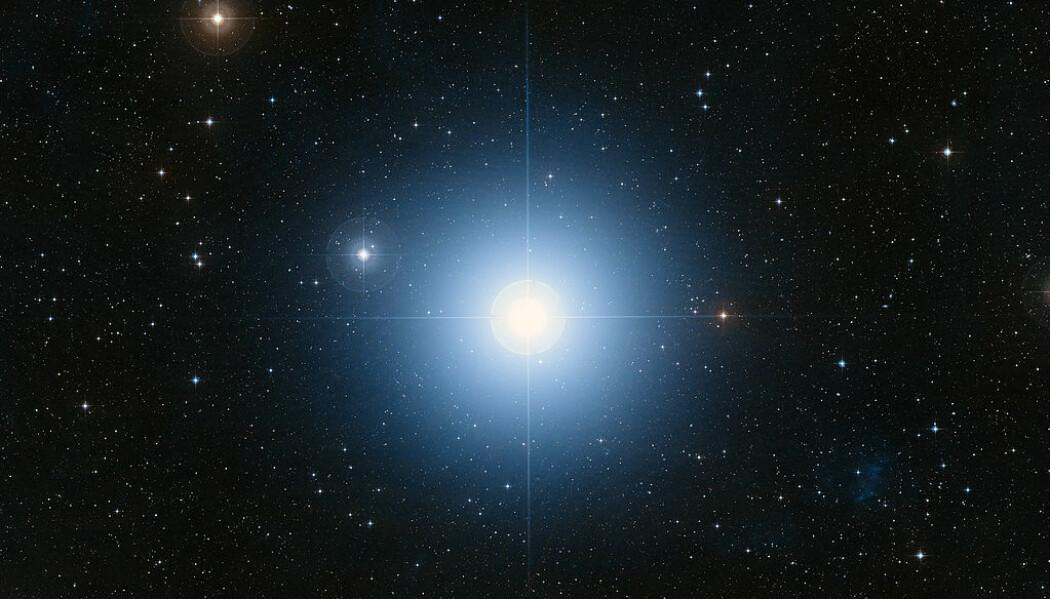 Teleskopbilde av Fomalhaut fra jorden. Den er mange ganger mer lyssterk enn vår egen sol, og ligger omtrent 25 lysår unna.