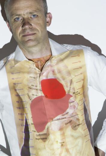 Frode Strisland med hjerte og lever projisert på kroppen. (Foto: Sintef)